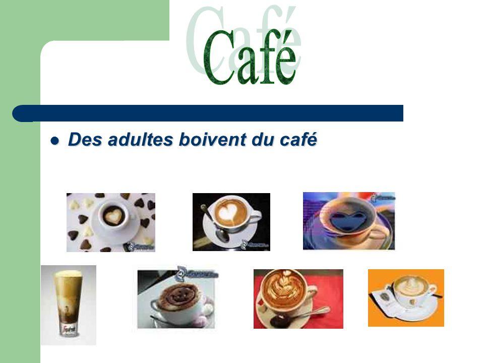 Des adultes boivent du café Des adultes boivent du café