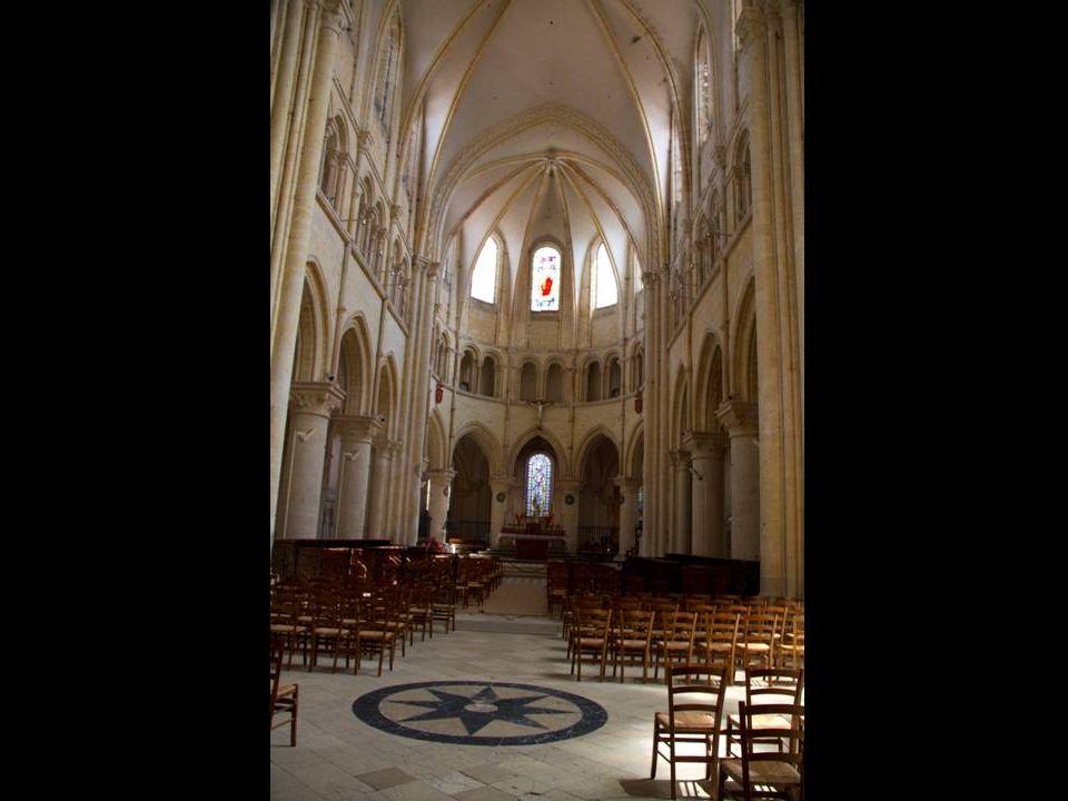 La Collégiale Saint-Quiriace est une église du XIIe siècle et présente la particularité de ne jamais avoir été achevée, la réalisation de l'église dans les proportions données au départ étant trop coûteuse.