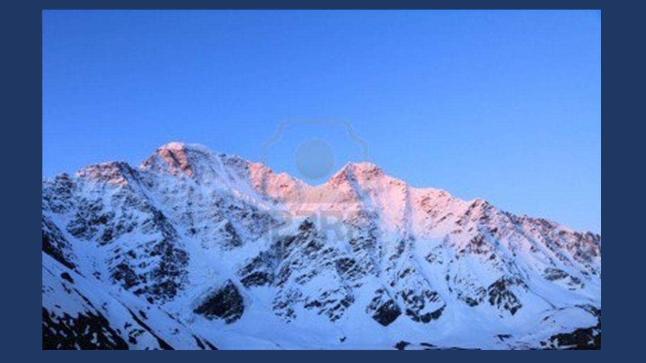 Qu'y a t-il au-delà de ces montagnes bleues Précédant l'horizon regorgeant de promesses Où le soleil de lève avec délicatesse Sur la ligne infinie où
