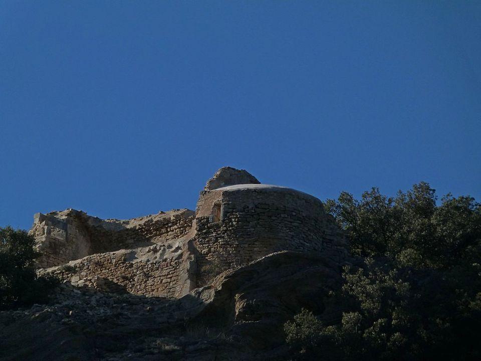 Sur la colline, la Chlle St Marcel domine le village de le Pégue ( Nyonsais )