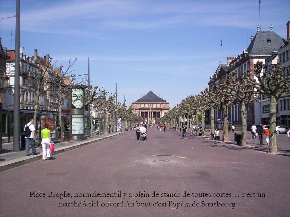 Place Broglie, normalement il y a plein de stands de toutes sortes… c'est un marché à ciel ouvert! Au bout c'est l'opéra de Strasbourg.
