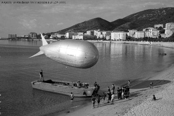 A Ajaccio, un Kite Balloon Mk VI accroché à un LCP (IWM)