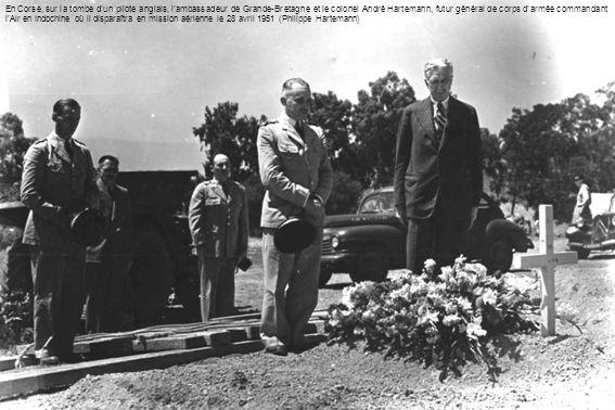 En Corse, sur la tombe d'un pilote anglais, l'ambassadeur de Grande-Bretagne et le colonel André Hartemann, futur général de corps d'armée commandant