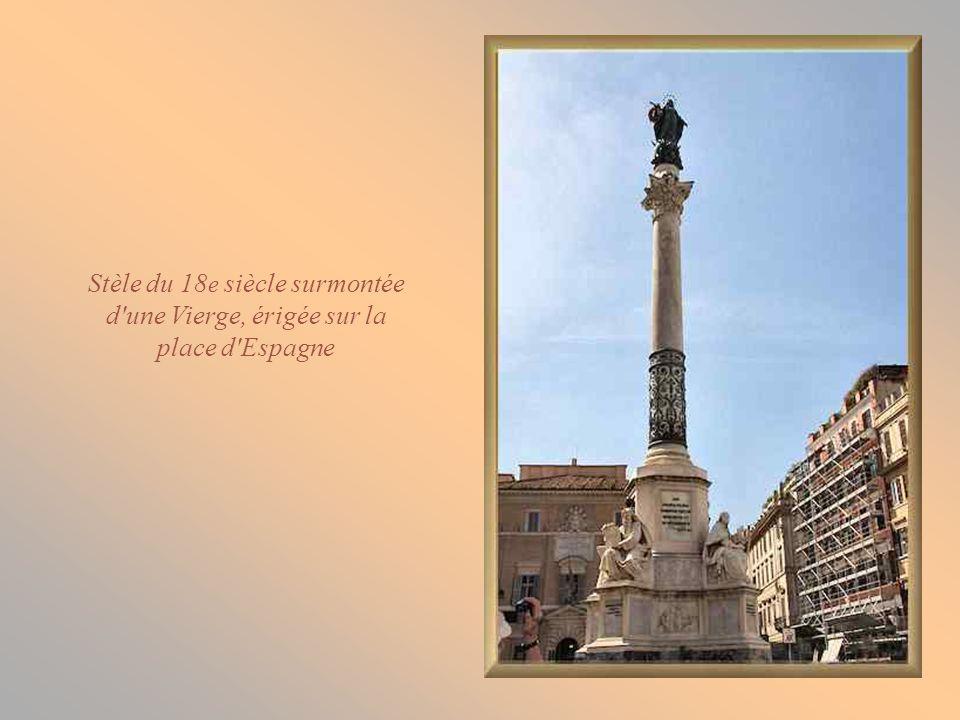 La place d Espagne est formée de deux triangles et doit son nom à l ambassade d Espagne, installée au 19 e siècle dans l un de ses palais