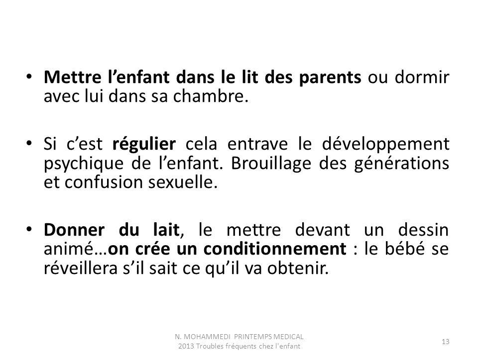 Mettre l'enfant dans le lit des parents ou dormir avec lui dans sa chambre.