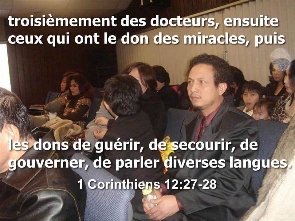troisièmement des docteurs, ensuite ceux qui ont le don des miracles, puis les dons de guérir, de secourir, de gouverner, de parler diverses langues.