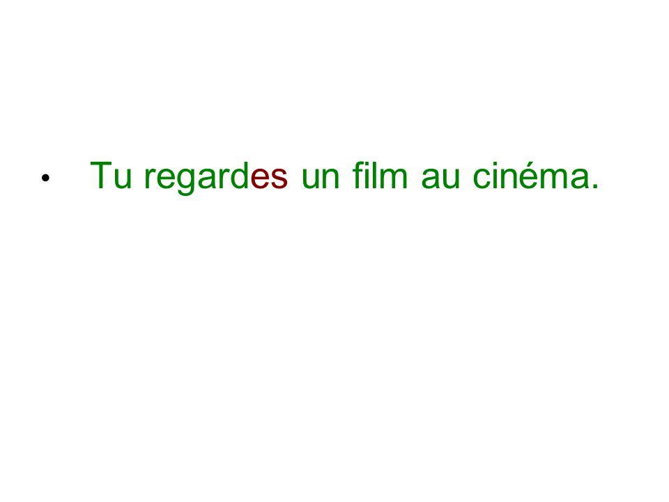 Tu regardes un film au cinéma.