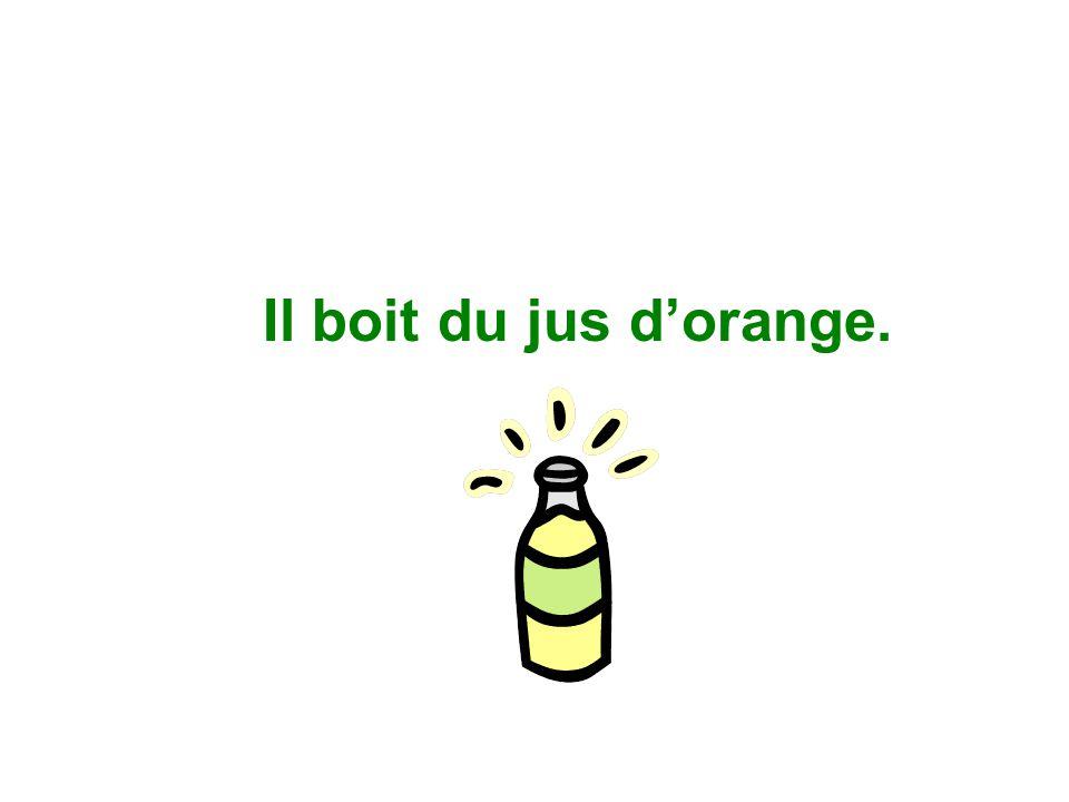 Il boit du jus d'orange.