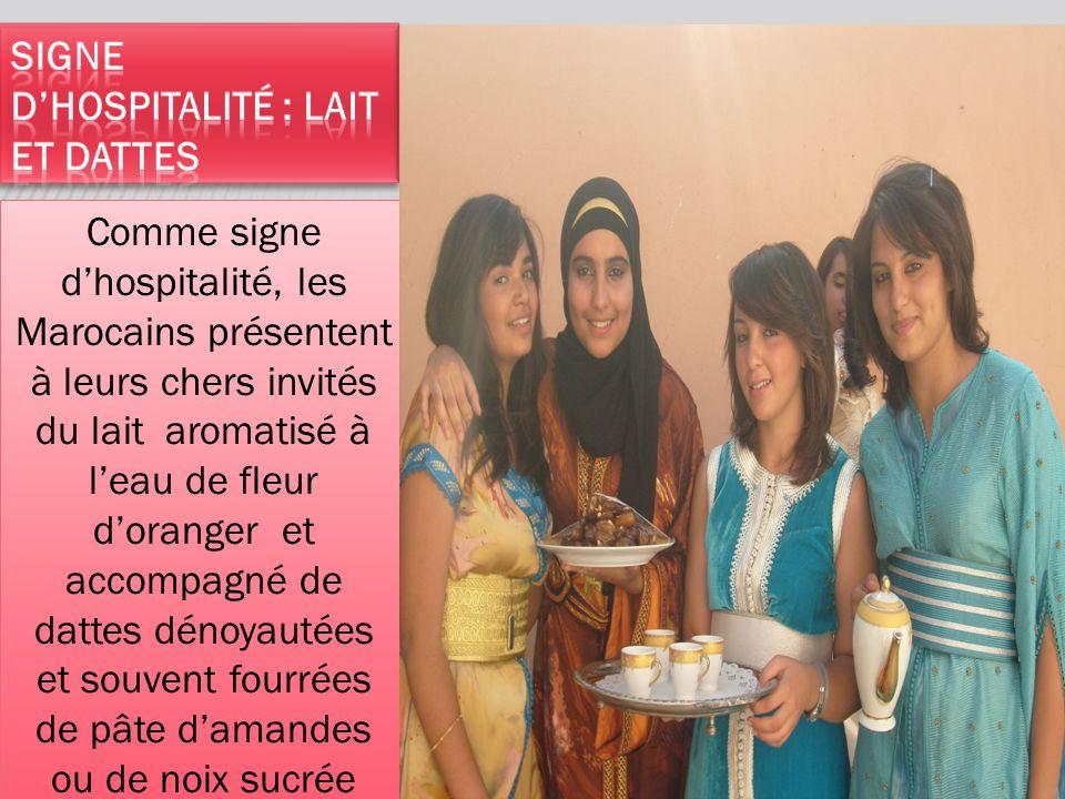 Comme signe d'hospitalité, les Marocains présentent à leurs chers invités du lait aromatisé à l'eau de fleur d'oranger et accompagné de dattes dénoyau