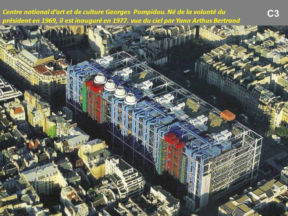 Centre national d'art et de culture Georges Pompidou. Né de la volonté du président en 1969, il est inauguré en 1977. vue du ciel par Yann Arthus Bert