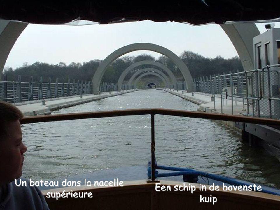 … aboutit par un « viaduc » à l'entrée dans la nacelle supérieure … leidt via een « viaduct » naar de ingang van de bovenste kuip