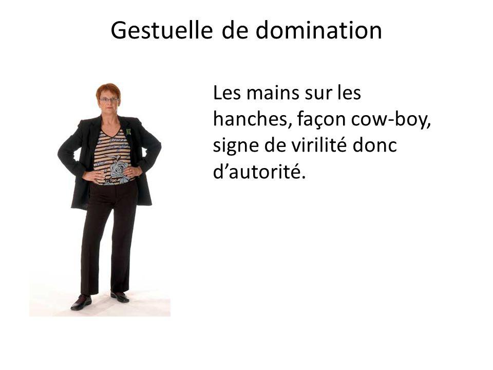 Gestuelle de domination Les mains sur les hanches, façon cow-boy, signe de virilité donc d'autorité.