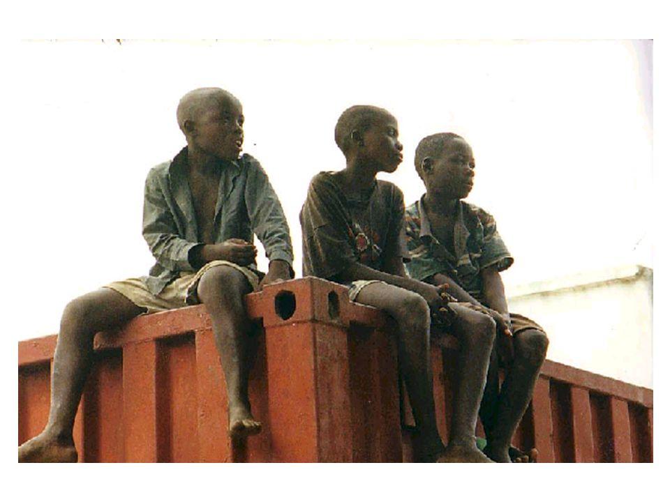 CARACTERISTIQUES DES ENFANTS DE LA RUE DANS UN PAYS EN PERIODE POST-CONFLITS Paysages urbains à décors indésirables.