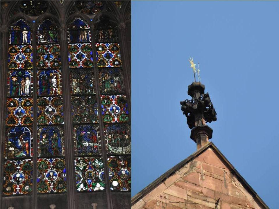 Les somptueux vitraux ornant la façade ouest contribuent à l'ambiance grandiose qui règne à l'intérieur