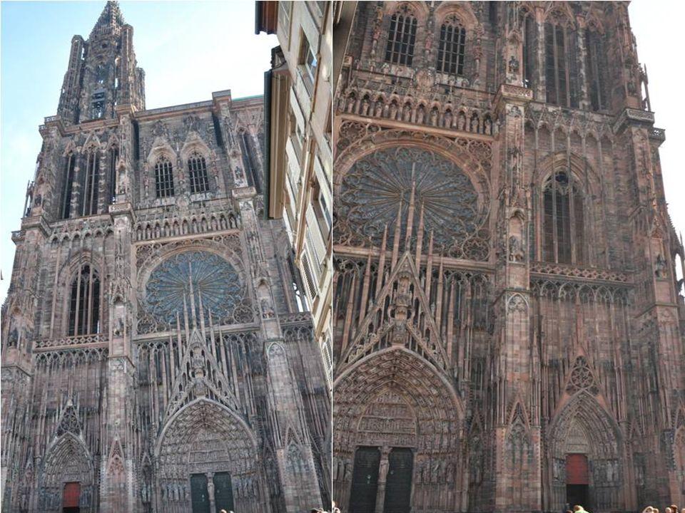 La cathédrale de Strasbourg repose sur les fondations d'une ancienne basilique construite en 1015 par l'évêque Wernher de Habsbourg. Cette dernière es