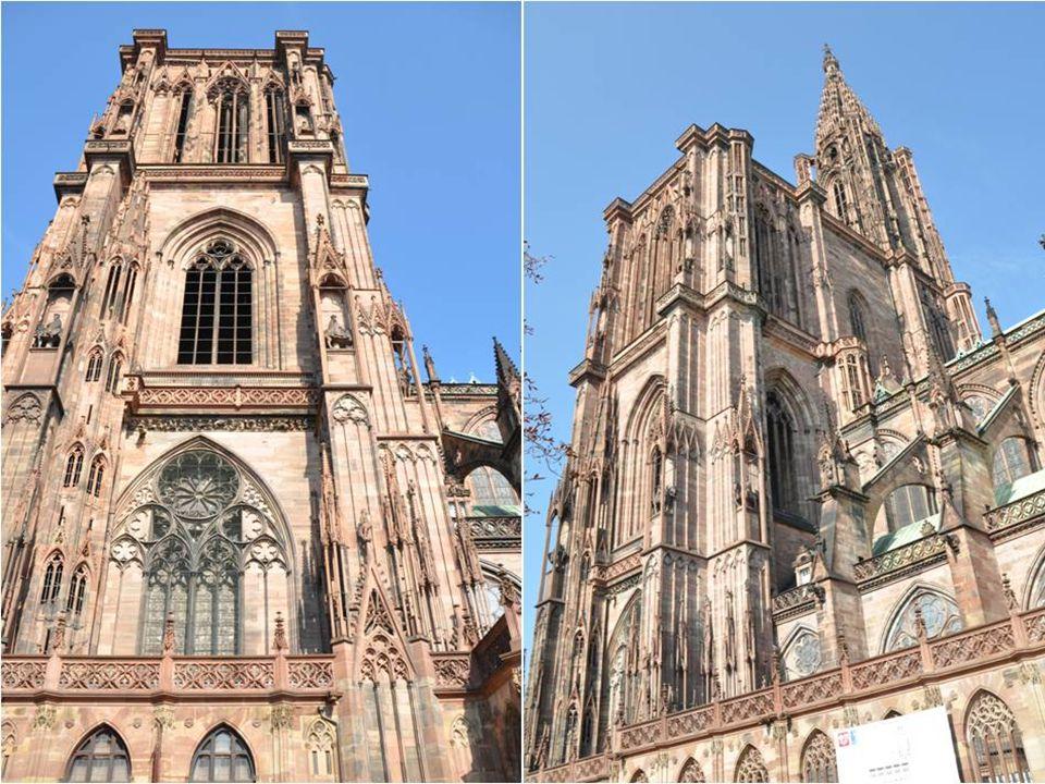 La cathédrale est aussi remarquable de l'extérieur, avec ses nombreuses sculptures, Ses portails détaillés et son clocher unique Avec une rosace de 12