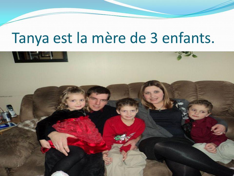 Voici l'ainée de ma famille: Tanya Elle est ma soeur et elle a 32 ans.