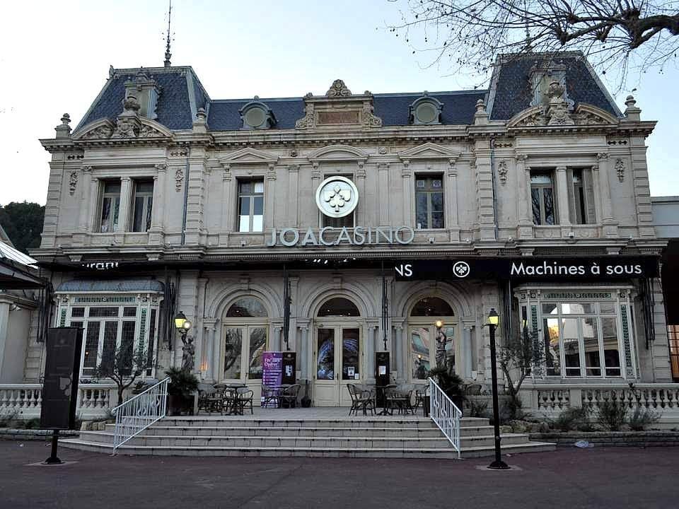 Le casino et le théâtre (ci-dessus) appartiennent à un ensemble Belle Époque datant de 1894. Lamalou présente notamment un festival d'opérettes.