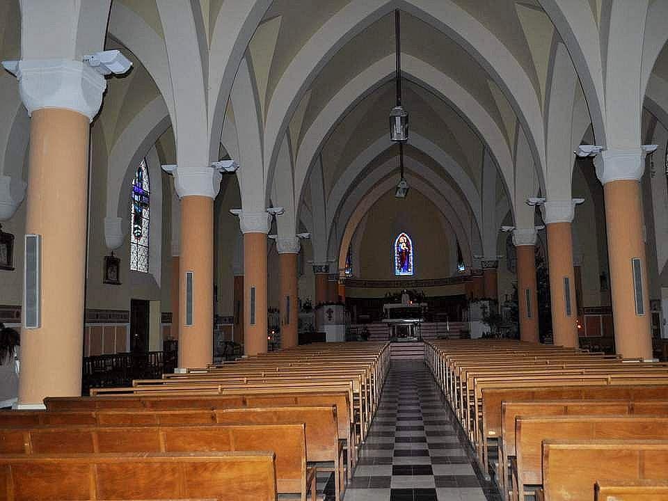 Le fin clocher de l'église Saint Pierre se dresse sur la place. Nous sommes entrées. Tout d'abord parce que j'aime bien visiter les églises (je crois