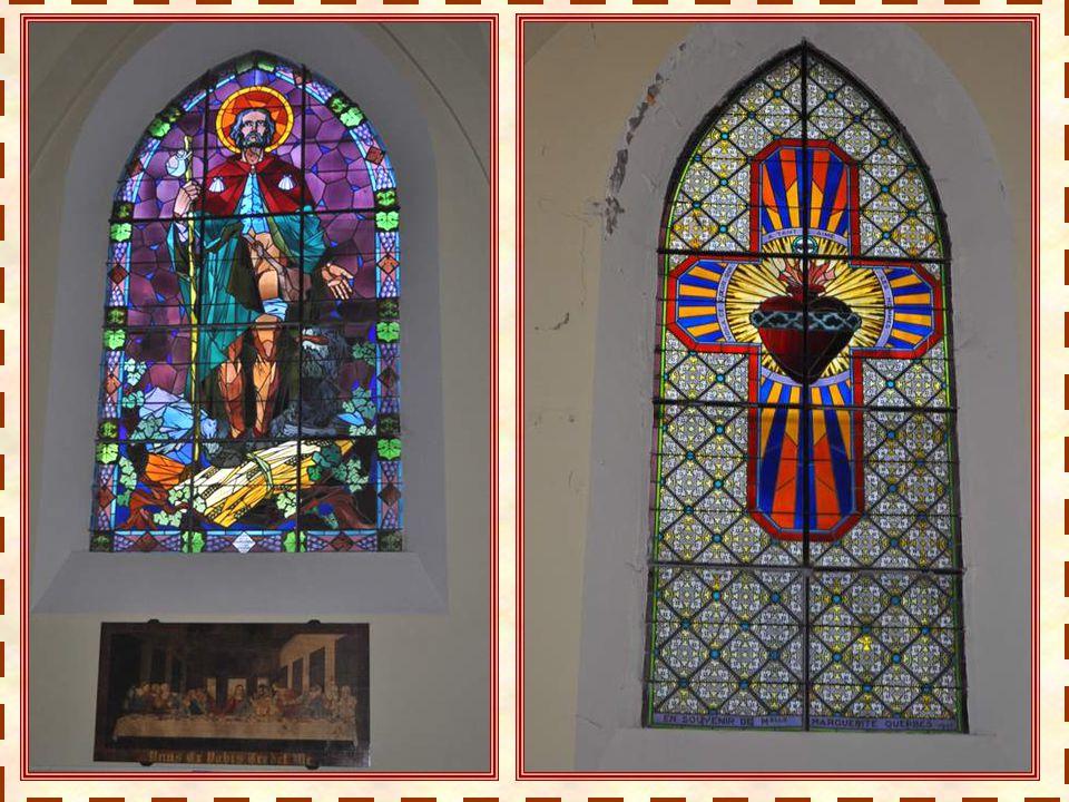 Une église claire, spacieuse, aux voûtes en ogives joli- ment soulignées. Les bancs bien alignés, le dessin des voûtes, les piliers, on a une impressi