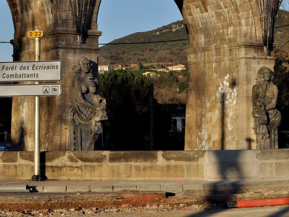 Nonchalamment appuyées au piles du pont, les déesses porteuses d'eau accueillent les personnes entrant dans la ville. Ces sculptures de 6 m de haut, q