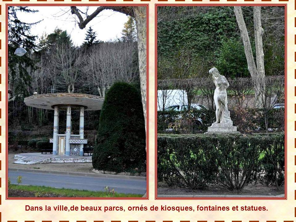 Dans la ville,de beaux parcs, ornés de kiosques, fontaines et statues.