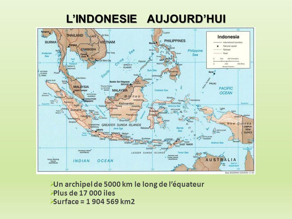  Un archipel de 5000 km le long de l'équateur  Plus de 17 000 iles  Surface = 1 904 569 km2 L'INDONESIE AUJOURD'HUI