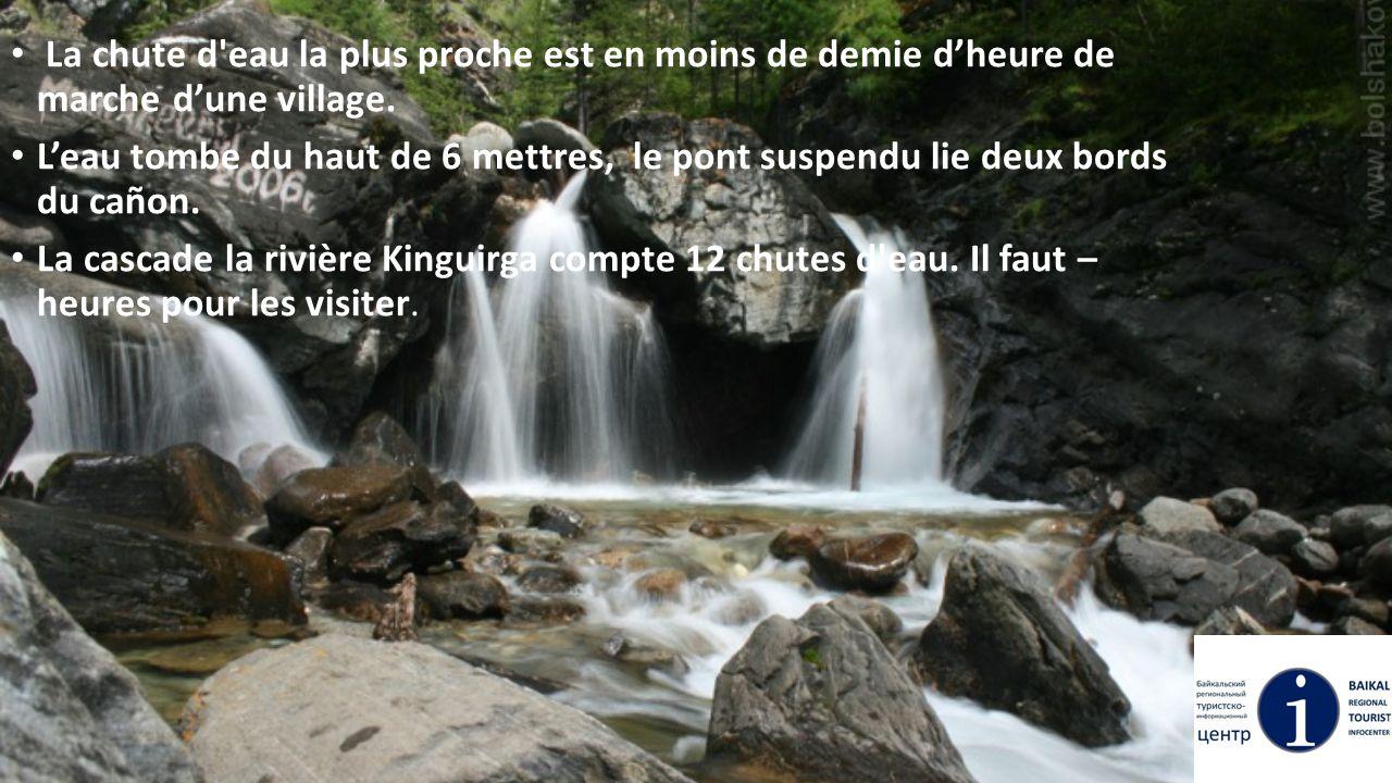 La chute d'eau la plus proche est en moins de demie d'heure de marche d'une village. L'eau tombe du haut de 6 mettres, le pont suspendu lie deux bords