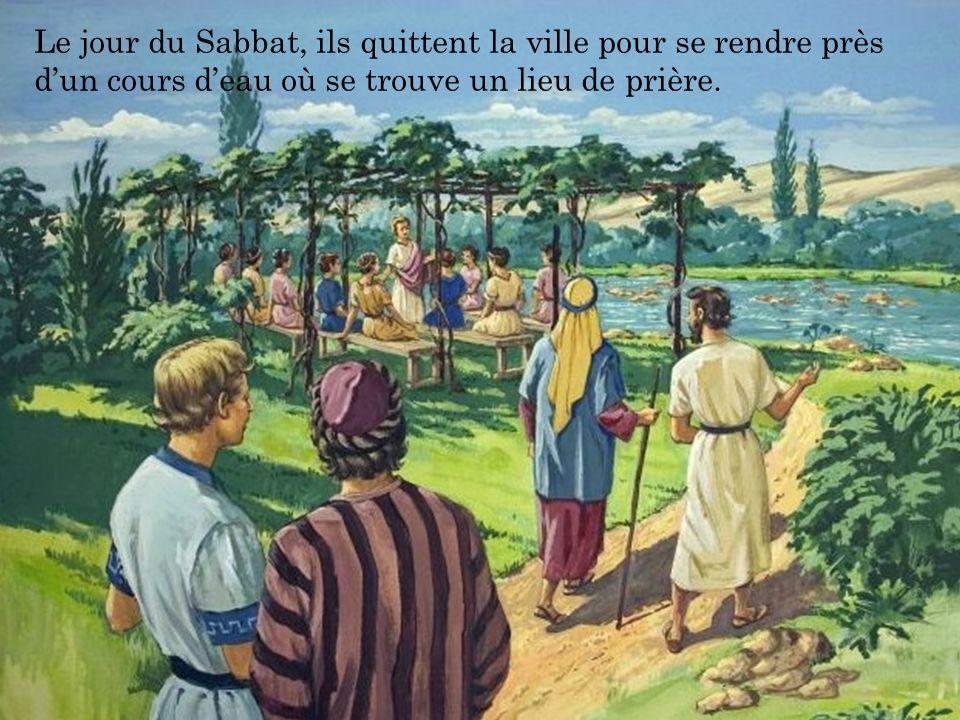 Le jour du Sabbat, ils quittent la ville pour se rendre près d'un cours d'eau où se trouve un lieu de prière.