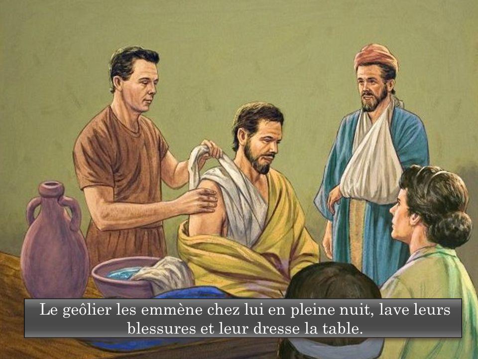 Le geôlier les emmène chez lui en pleine nuit, lave leurs blessures et leur dresse la table.