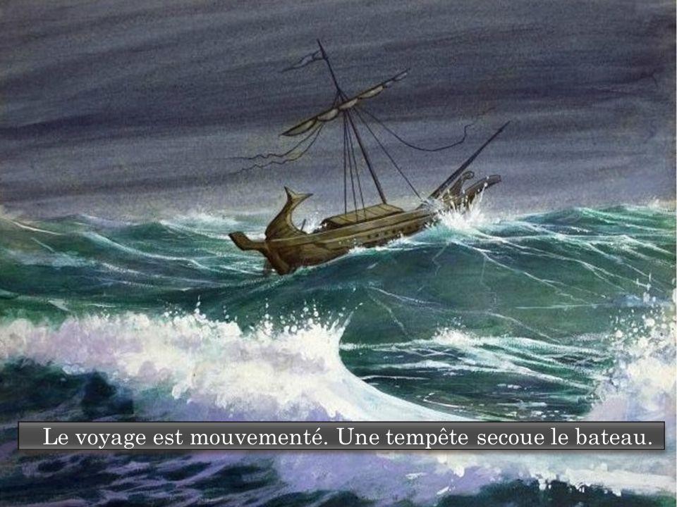 Le voyage est mouvementé. Une tempête secoue le bateau.