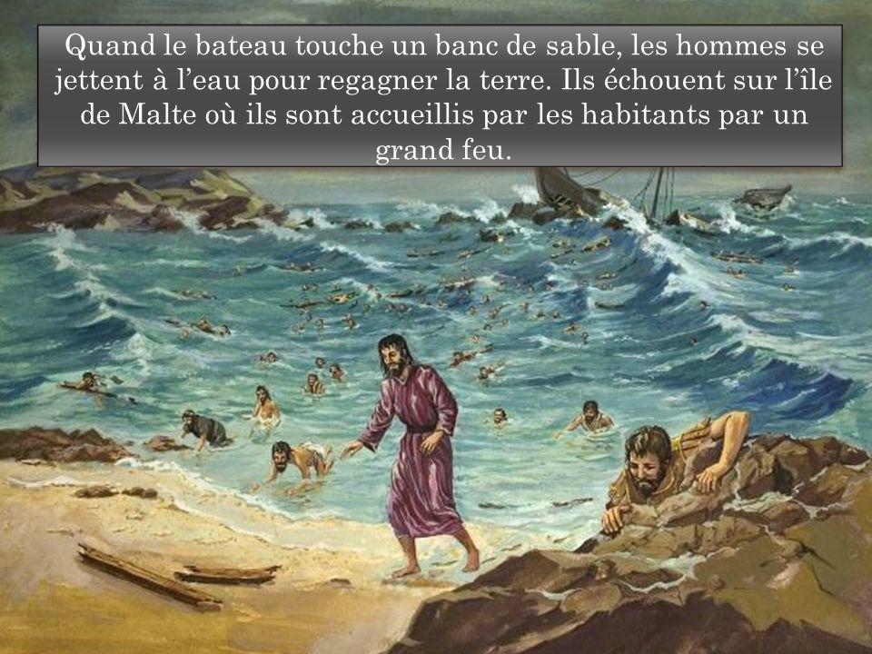 Quand le bateau touche un banc de sable, les hommes se jettent à l'eau pour regagner la terre.