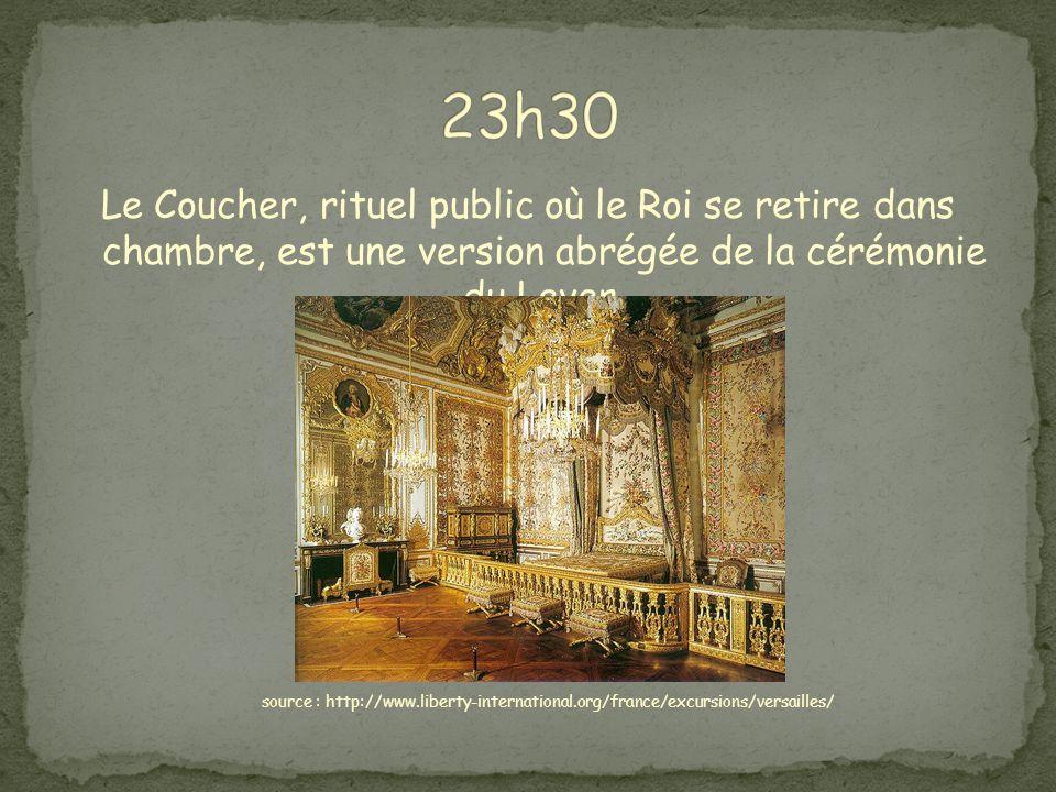 Le Coucher, rituel public où le Roi se retire dans chambre, est une version abrégée de la cérémonie du Lever.