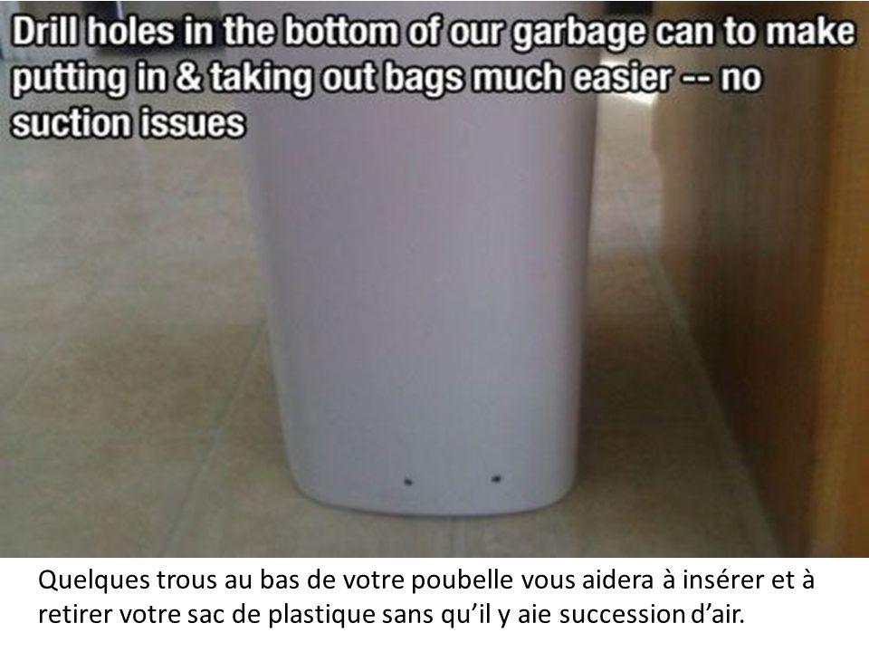 Quelques trous au bas de votre poubelle vous aidera à insérer et à retirer votre sac de plastique sans qu'il y aie succession d'air.