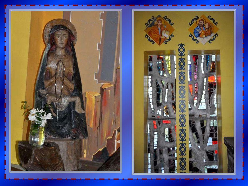 Sur le mur d'une petite chapelle du côté, ce Christ hyperréaliste. Sur les murs de chaque coté, des anges que je vous présente sur les pages suivantes