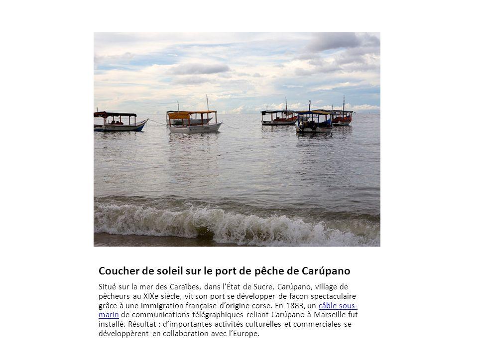 Coucher de soleil sur le port de pêche de Carúpano Situé sur la mer des Caraïbes, dans l'État de Sucre, Carúpano, village de pêcheurs au XIXe siècle, vit son port se développer de façon spectaculaire grâce à une immigration française d'origine corse.