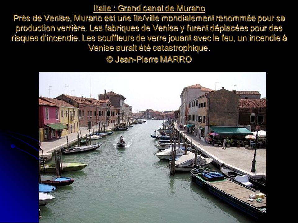Italie : Grand canal de Murano Près de Venise, Murano est une île/ville mondialement renommée pour sa production verrière. Les fabriques de Venise y f