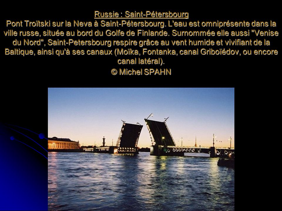 Russie : Saint-Pétersbourg Pont Troïtski sur la Neva à Saint-Pétersbourg. L'eau est omniprésente dans la ville russe, située au bord du Golfe de Finla