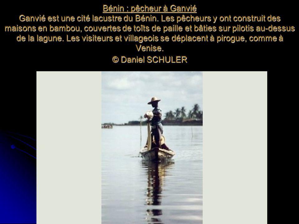 Bénin : pêcheur à Ganvié Ganvié est une cité lacustre du Bénin. Les pêcheurs y ont construit des maisons en bambou, couvertes de toîts de paille et bâ