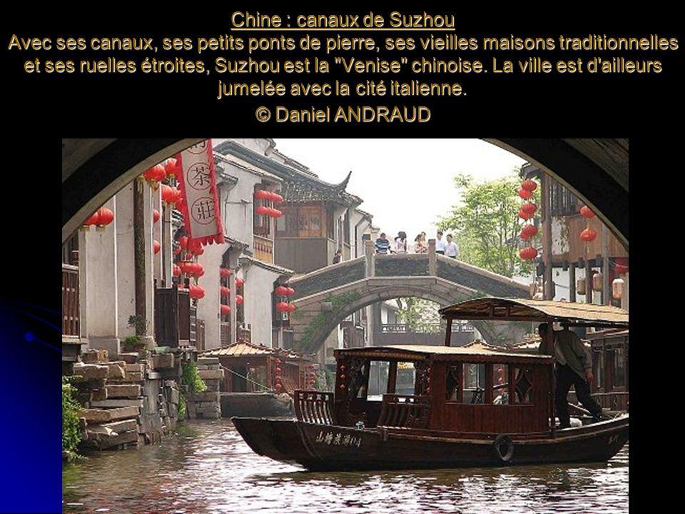 Chine : canaux de Suzhou Avec ses canaux, ses petits ponts de pierre, ses vieilles maisons traditionnelles et ses ruelles étroites, Suzhou est la