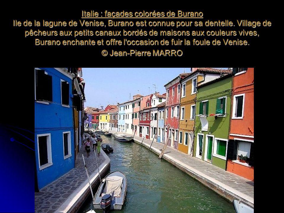 Italie : façades colorées de Burano Ile de la lagune de Venise, Burano est connue pour sa dentelle. Village de pêcheurs aux petits canaux bordés de ma