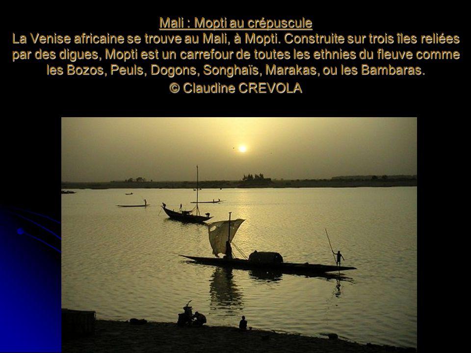 Mali : Mopti au crépuscule La Venise africaine se trouve au Mali, à Mopti. Construite sur trois îles reliées par des digues, Mopti est un carrefour de