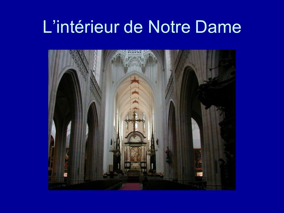 La Cathédrale Notre Dame de Paris est très célèbre! Elle a été construite au onzième siècle. L'architecture de la Cathédrale est gothique. La religion