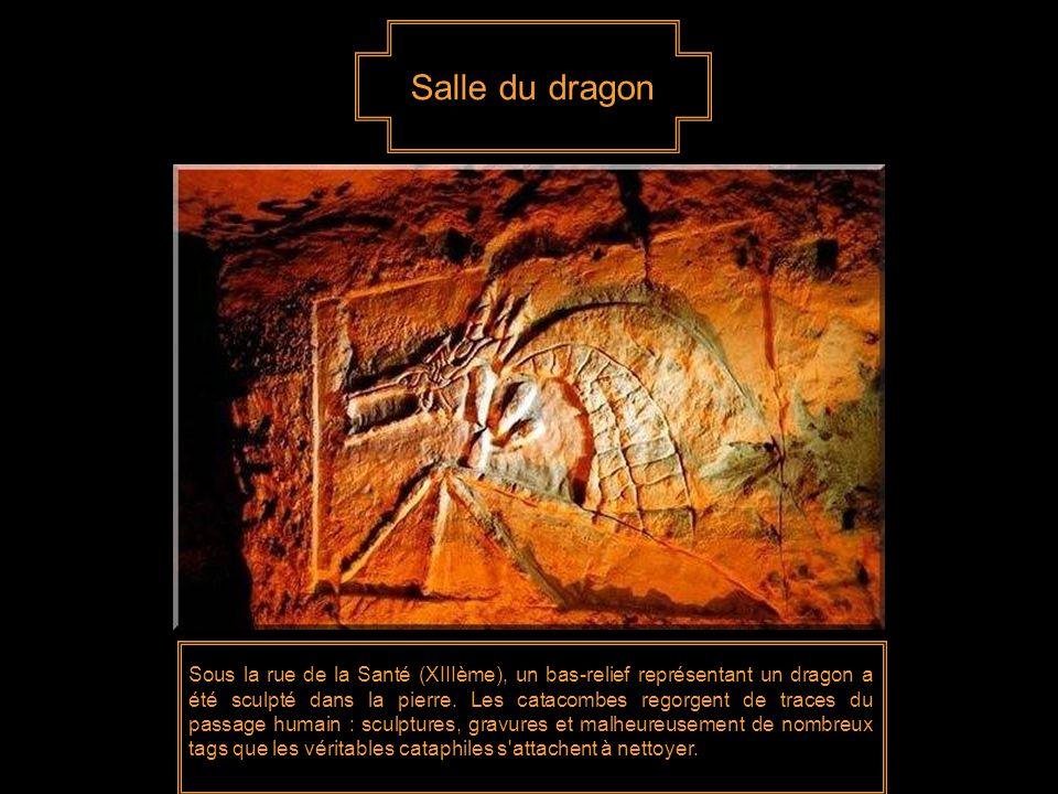 Salle du dragon Sous la rue de la Santé (XIIIème), un bas-relief représentant un dragon a été sculpté dans la pierre.