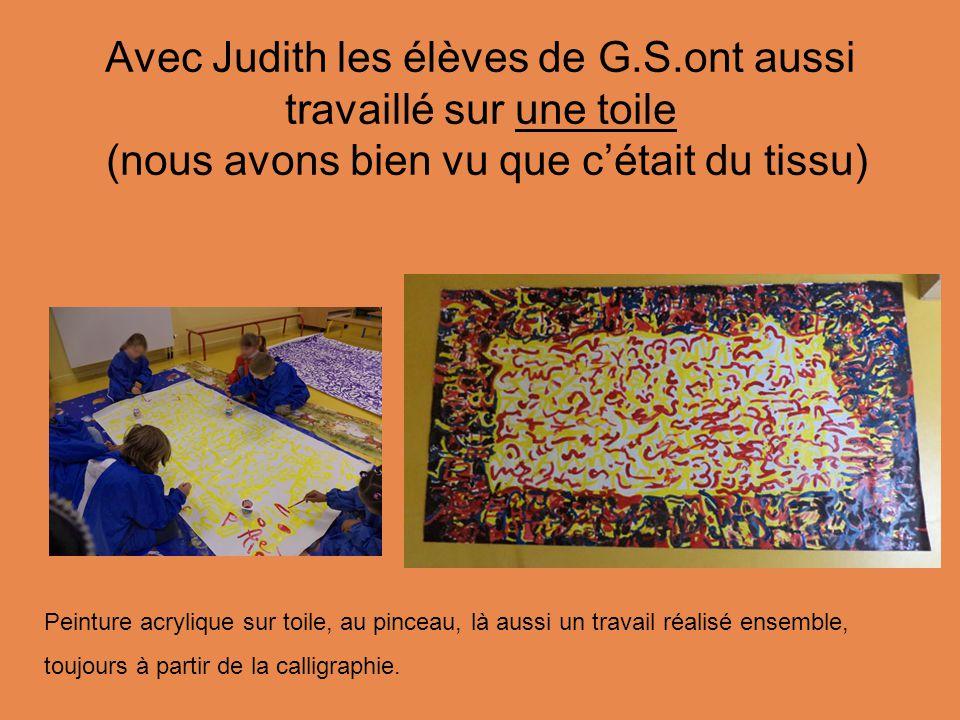 Avec Judith les élèves de G.S.ont aussi travaillé sur une toile (nous avons bien vu que c'était du tissu) Peinture acrylique sur toile, au pinceau, là aussi un travail réalisé ensemble, toujours à partir de la calligraphie.