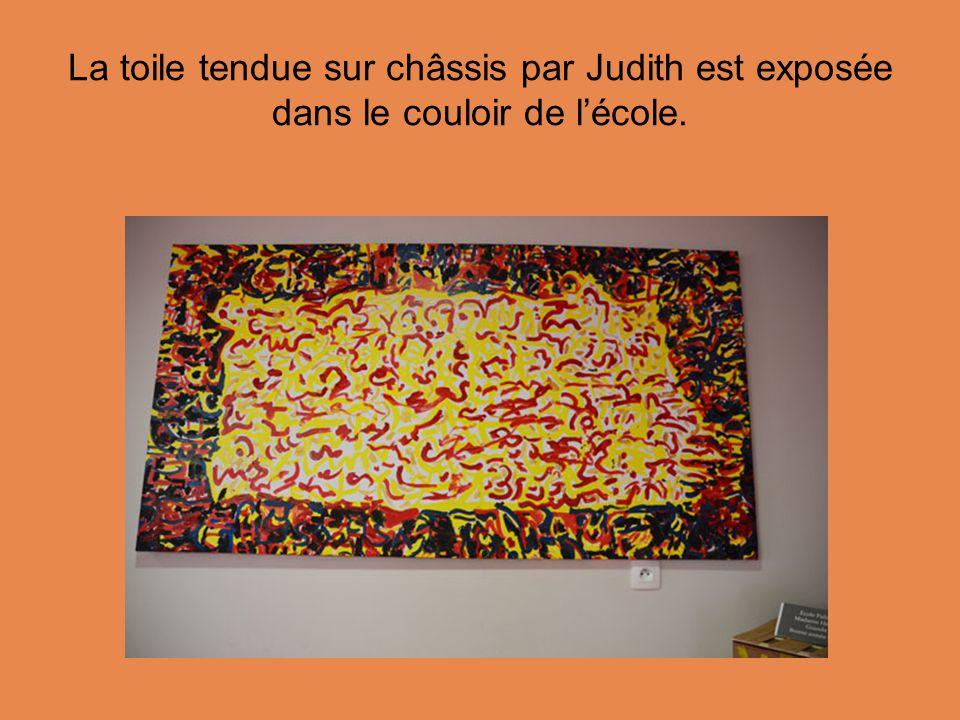 La toile tendue sur châssis par Judith est exposée dans le couloir de l'école.