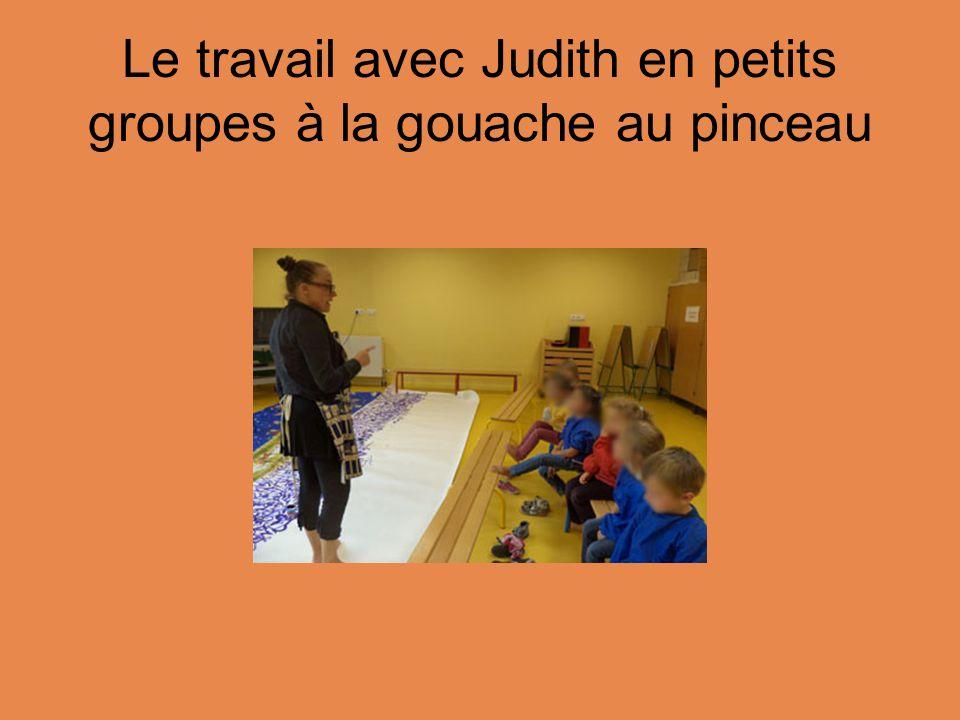 Le travail avec Judith en petits groupes à la gouache au pinceau