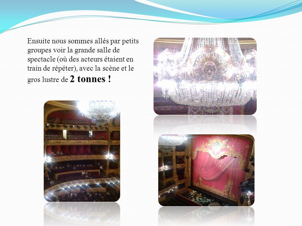 Ensuite nous sommes allés par petits groupes voir la grande salle de spectacle (où des acteurs étaient en train de répéter), avec la scène et le gros lustre de 2 tonnes !