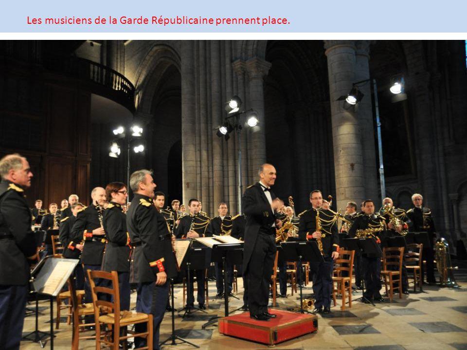 Les musiciens de la Garde Républicaine prennent place.