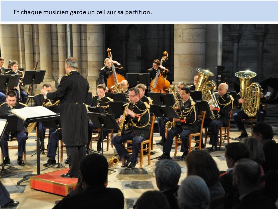 Et chaque musicien garde un œil sur sa partition.